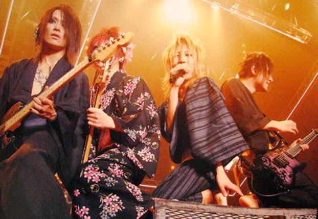 Furisode & robes coordonnées (p. 11) - Page 8 2008-08_concert_01